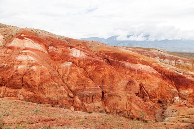 Um panorama deslumbrante de uma cadeia de montanhas de picos