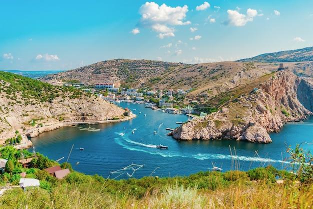 Um panorama pitoresco da vista de balaclava com iates e uma baía colorida no verão.