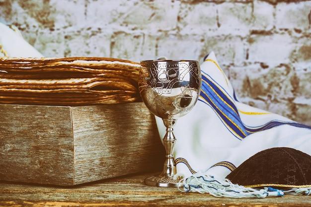 Um pão de matsá judeu com vinho