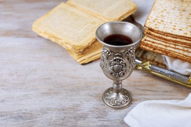 Um pão judeu matzá com vinho. conceito de feriado de páscoa