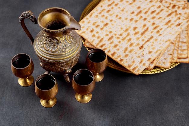 Um pão judeu matzah com quatro taças de vinho. conceito de feriado de páscoa