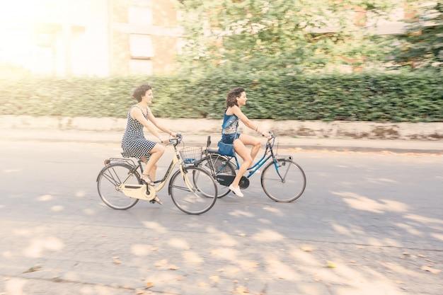 Um, par amigos, com, bicicletas, borrão moção