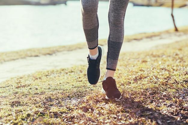 Um par atlético de pernas no parque
