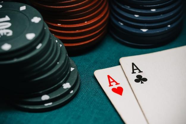 Um par de ases e jogando fichas em um jogo de pôquer
