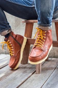 Um par de botas de couro marrom