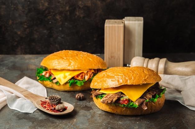 Um par de cheeseburgers clássicos