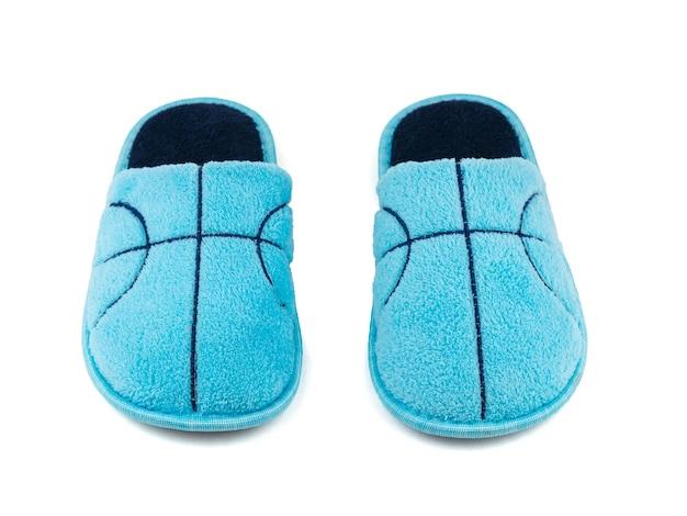 Um par de chinelos de pele azul isolado em um branco. sapatos confortáveis para casa. a vista do topo.