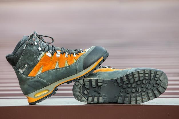 Um par de couro trekking caminhadas botas de inverno