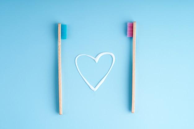 Um par de escovas de dente de bambu ecológicas. tendências ambientais globais. escovas de dentes de diferentes sexos.