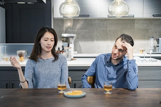Um par de homem e mulher lutando