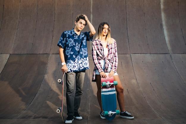 Um par de jovens patinadores posando
