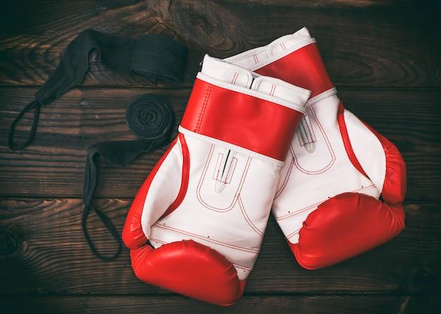 Um par de luvas de boxe vermelhas de couro