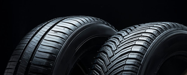 Um par de pneus de verão vista lateral panorâmica close up