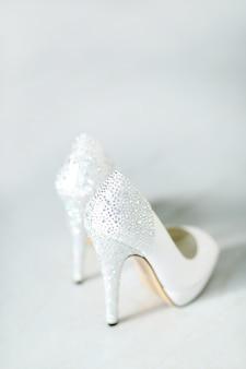 Um par de sapatos altos