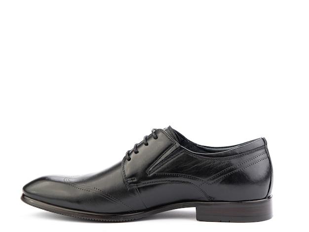 Um par de sapatos masculinos elegantes de couro clássico isolado com fundo branco.