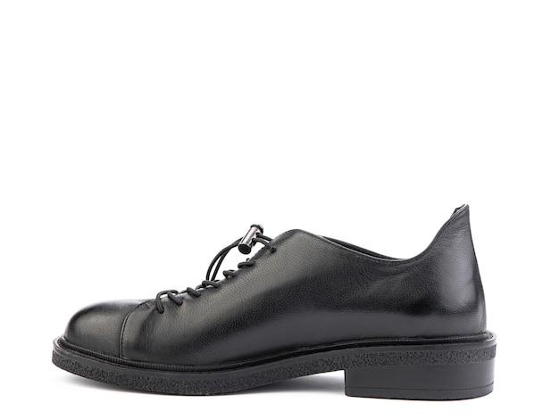 Um par de sapatos masculinos elegantes de couro clássico isolado com fundo branco