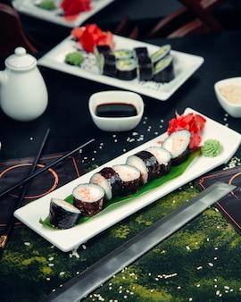 Um par de sushi roll em cima da mesa