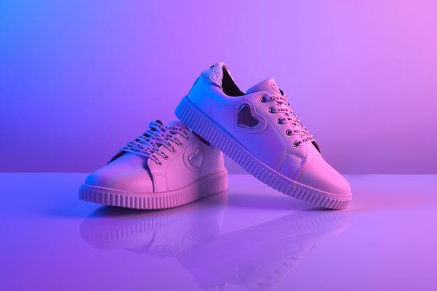 Um par de tênis na moda luz neon