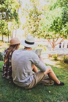 Um par de turistas que descansam no parque