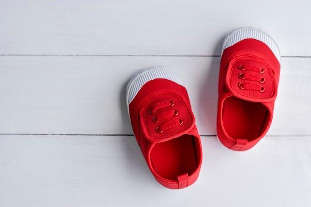 Um, par, de, vermelho, menino bebê, sapatos, branco, chão madeira