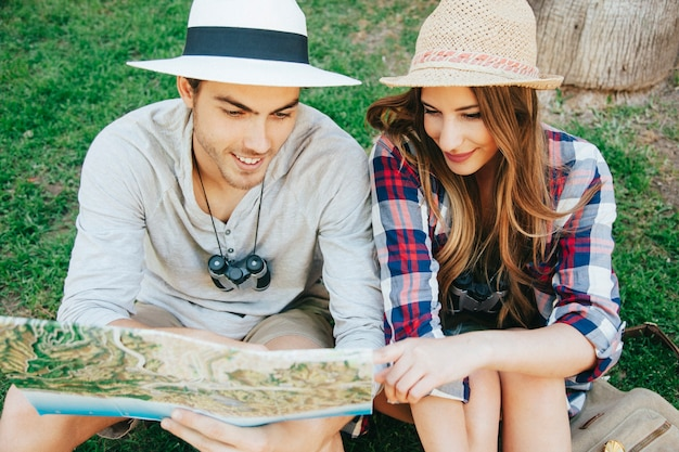 Um par de viajantes felizes na grama