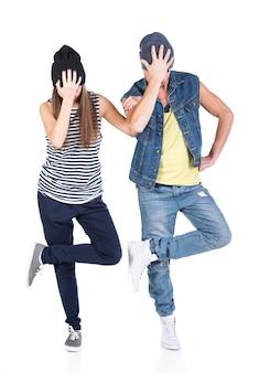 Um par homem novo e mulher que dançam hip-hop.
