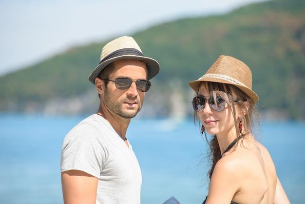 Um, par jovem, com, chapéus
