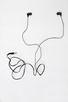 Um par ou fones de ouvido