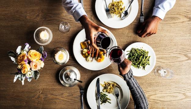 Um, par, tendo, um, jantar, data, em, um, restaurante