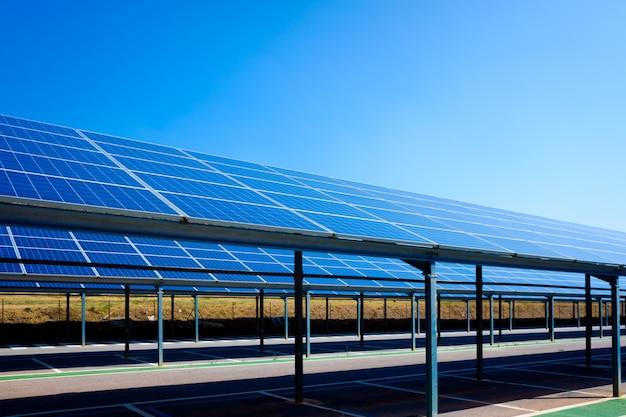 Um parque de estacionamento convertido em instalação de painéis solares para conversão em eletricidade.