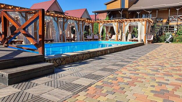 Um pátio com piscina