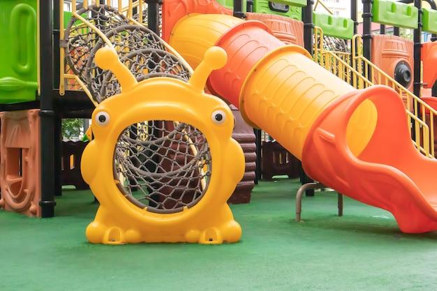 Um pátio de prédios altos com um novo e moderno playground colorido e grande em um dia chuvoso de verão sem pessoas. parque infantil vazio ao ar livre. um espaço para jogos e esportes infantis.