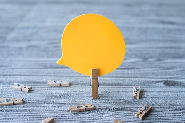 Um pedaço de balão em branco cercado por clipes de roupa suja mostrando um novo significado para uma conversa vazia
