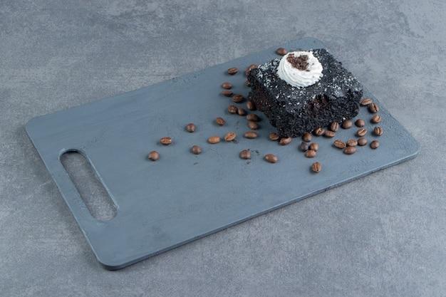Um pedaço de bolo de chocolate com grãos de café