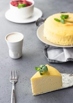 Um pedaço de cheesecake de algodão japonês com menta e morango.