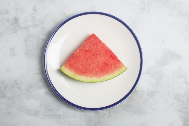 Um pedaço de melancia no fundo cinza, vista superior