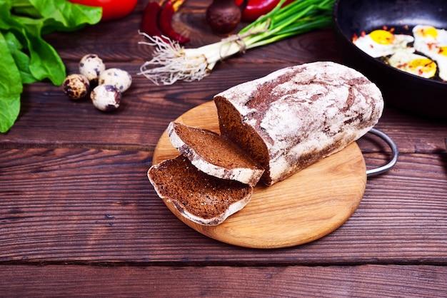 Um pedaço de pão de farinha de centeio