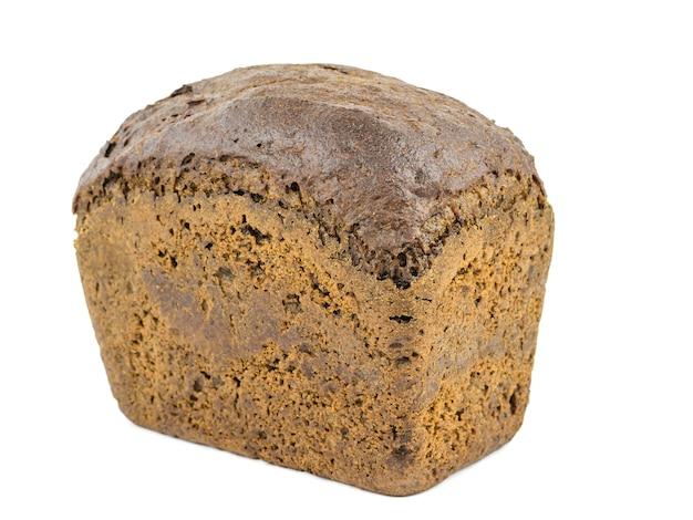 Um pedaço de pão de farinha grossa com farelo e cereais isolados. o produto de grãos benéfico à saúde.