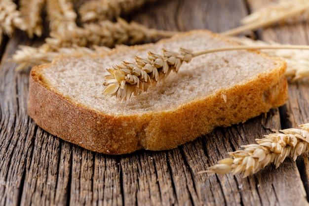 Um pedaço de pão na mesa de madeira