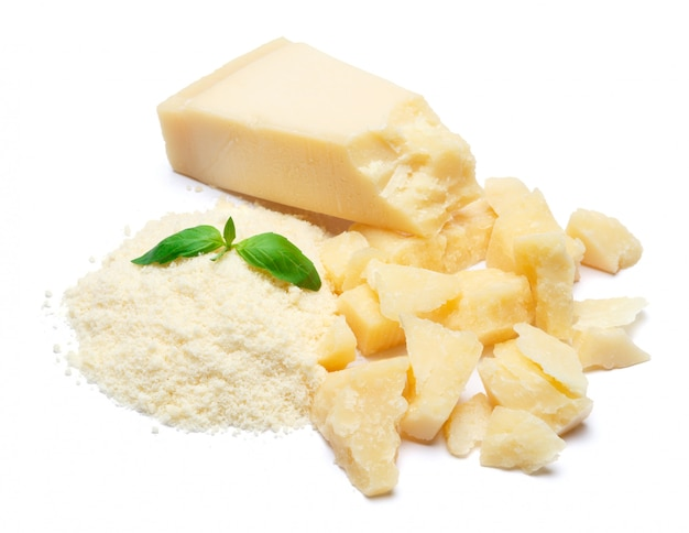 Um pedaço de queijo parmesão e ralado na mesa branca