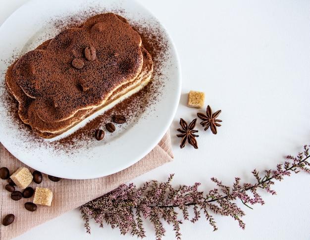 Um pedaço de tiramisu delicioso é o café da manhã ou sobremesa perfeito