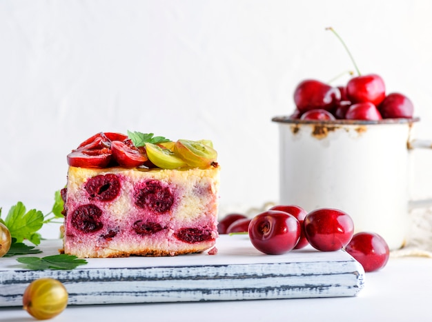 Um pedaço de uma torta de bagas de uma cereja e queijo cottage