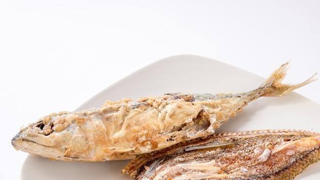 Um peixe frito em disco branco
