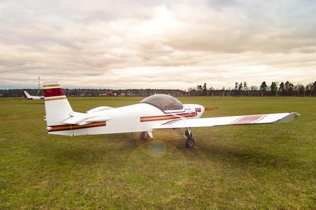 Um pequeno avião no campo.