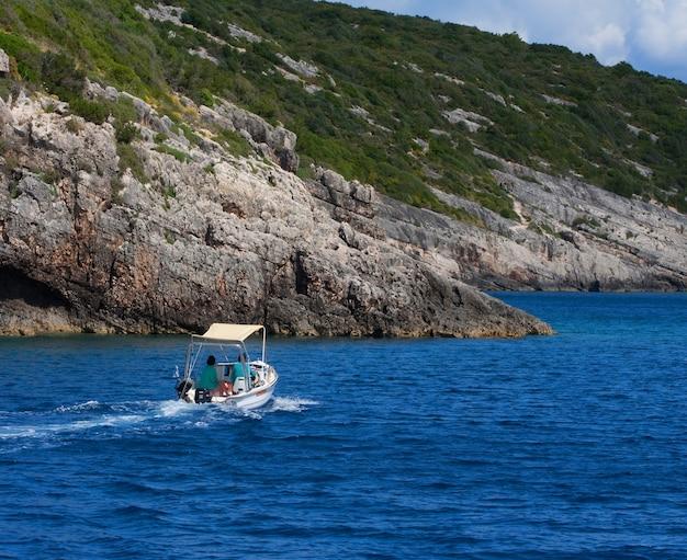 Um pequeno barco de pesca amarrado ao porto em um belo mar