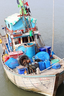 Um pequeno barco de transporte local na tailândia