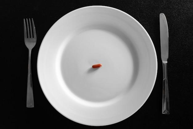 Um pequeno comprimido em um prato