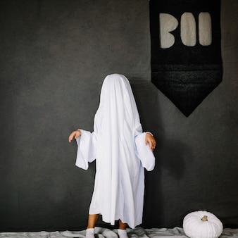 Um pequeno fantasma fazendo movimentos de dança assustadora