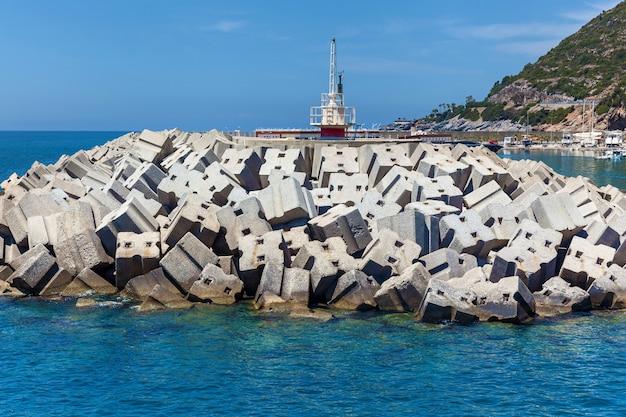 Um pequeno farol com blocos de concreto na costa de alanya. farol em alanya, turquia