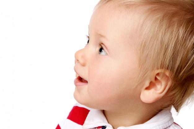 Um pequeno garoto funy em branco